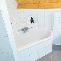Badkamer met douche, ligbad, toilet, wastafel en wasmachine - Klerkenhof